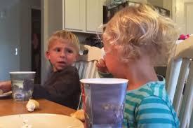 Un grand frère réconforte sa petite sœur