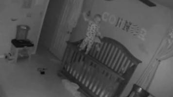 Un bébé se balance sur son berceau : fake ou histoire de fantôme ?